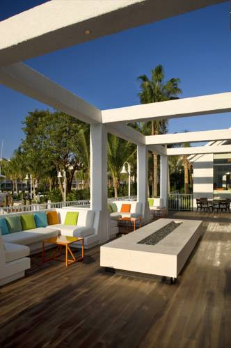 hilton-fort-lauderdale-marina-outdoor-lounge